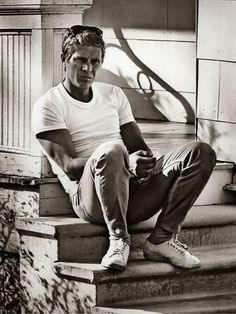 Style icon Steve McQueen is one of the most stylish men of the last century with people even now emulating what he wore in the 50 Steven Mcqueen, Classic Hollywood, Old Hollywood, Hollywood Glamour, Hollywood Actresses, Steve Mcqueen Style, Steve Mcqueen T Shirt, Persol Steve Mcqueen, Cinema Tv