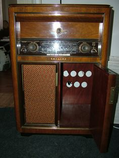 Old radio Philips, working over 60 years old. Price 1990,- eur. mar10.snb(at)centrum.cz
