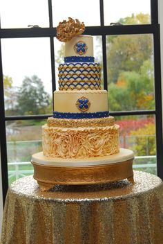 Gatsby romance by the water.  Royal blue and gold adorn this detailed Gatsby themed wedding cake, by cakeglam.com