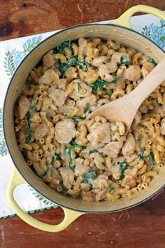 One-Pot Chicken Florentine Mac and Cheese - Emily Bites Skinny Recipes, Ww Recipes, Pasta Recipes, Chicken Recipes, Dinner Recipes, Healthy Recipes, Healthy Foods, Garlic Chicken Pasta, One Pot Chicken