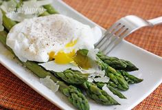 Steamed Asparagus with Poached Eggs - Poached eggs, asparagus, kosher salt, fresh pepper and shaved Pecorino Romano. This simple egg dish is delicious for breakfast, lunch or brunch. You can serve this with whole grain toast on the side. Real Food Recipes, Great Recipes, Cooking Recipes, Favorite Recipes, Yummy Food, Healthy Snacks, Healthy Eating, Healthy Recipes, Keto Recipes