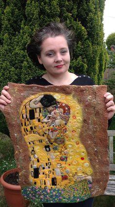 The Kiss of Klimtwet and needle felted picture by MilasBitsAndBobs Klimt, Felt Fabric, Fabric Art, Textiles, Felt Pictures, Needle Felting Tutorials, Felt Embroidery, Textile Fiber Art, Wool Art