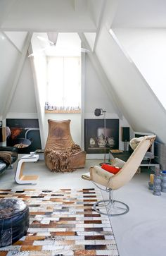 Love the rug and the chairs. White interior, cow-skin