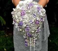 Casamento: Bouquet com flores roxas personalizado com pedras. #Flores #Bouquet