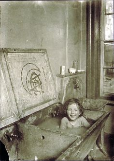 child bathing in sink | foto: lewis w. Hine. Bathing in clothes to clean at same time.