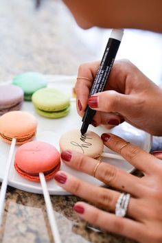 Macaron Cake Toppers are Clever and Delicious - Cookies: Royal icing cookies, regular cookies, macarons and meringue cookies. Macaroons, Macaron Cookies, Meringue Cookies, Macaron Recipe, Royal Icing Cookies, Yummy Cupcakes, Yummy Cookies, Macaroon Cake, Macaroon Tower