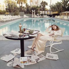 Faye Dunaway gazes at the Oscar she won the night before for 'Network' in 1977, while surrounded by newspapers at the Beverly Hills Hotel. (...