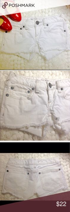 """FREE PEOPLE WHITE DENIM SHORTS In very good condition, show signs of gentle wear. No stains. Size 26. Low Rise. Across waist: 14.5"""", rise: 6"""", inseam: 2"""". Free People Shorts Jean Shorts"""