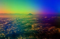 【山 Mountain】       レインボウフジヤマ      PLフィルターで遊んでます。 ネタ写真です。  解説:航空機内からPLフィルターをはめて窓越しに撮影すると、こういう色合いになるのです。コントラストを強調してますが、特に着色はしていません。