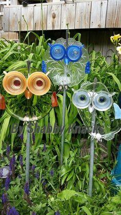 33 Ideas for yard art totems fun Garden Owl, Garden Whimsy, Diy Garden, Garden Crafts, Garden Projects, Garden Ideas, Recycled Garden Art, Recycled Glass, Garden Junk