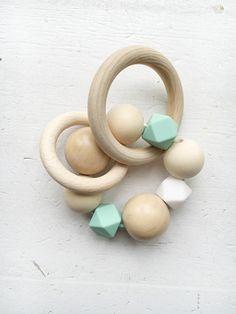 Diy Teething Toys, Teething Jewelry, Baby Teething, Pacifier Holder, Baby Art, Baby Toys, Montessori, Babyshower, Diy Crafts