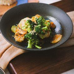 Салат с брокколи и куриной грудкой Vegetables, Food, Veggies, Essen, Vegetable Recipes, Yemek, Meals