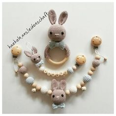 #kinderwagenkette #babyrassel #schnullerkette #hasenrassel #babyboy #babyspielzeug #babyerstausstattung #häkelnausleidenschaft #häkelnfürkinder #crochet #amigurumitoy #amigurumi #babyausstattung #babyerstausstattung #baby2017 Crochet Baby Toys, Newborn Crochet, Crochet Animals, Baby Knitting, Newborn Toys, Baby Mobile, Baby Blog, Baby Rattle, Free Baby Stuff