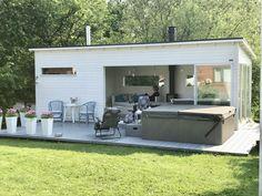 Huone1 moderni pihasauna ja puutarhan olohuone