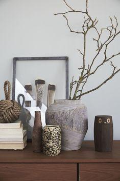 Breng je natural living interieur tot leven. Zoek naar contrast in structuren en kleuren, net zoals je in de natuur ziet. Maak een stilleven van vazen houtsnijwerk, een stapel boeken en lijstjes in natuurtinten en zorg voor nog meer sfeer. #watisjouwstijl #natuurlijkinterieur #interieurinspiratie #naturalliving #dessotarkett.nl # Net, Natural Living, Home Decor, Natural Life, Decoration Home, Room Decor, Interior Decorating