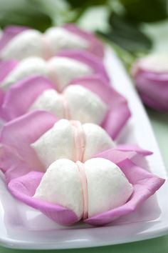 Besos de merengue en pétalos de rosa