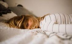 How frustrating is it to finally get in bed for the night, but then can't fall asleep? Tossing and turning as anxiety and insomnia get the best of you. Here are 6 remedies you can do when you can't fall asleep due to anxiety-related insomnia. Fatigue Surrénale, Adrenal Fatigue, Cortisol, Fadiga Adrenal, How To Get Motivated, Sleep Deprivation, Migraine, How To Fall Asleep, Tricks