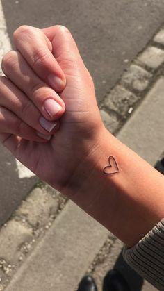 tatuajes-pequeños-mujer-tatuaje-en-la-muñeca-de-corazon-muy-simpático