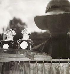 Autoportrait devant la vitrine de Guerlain-  Lee Miller, Paris 1930