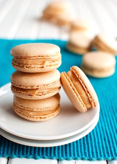 These Salted Caramel Macarons are fluffy and chewy on the inside, with a thin, egg shell-like crust and cute little feet. Made with Italian meringue! French Macarons Recipe, French Macaroons, Italian Macarons, Italian Macaron Recipe, Salted Caramel Macaron, Salted Caramels, Creme Caramel, Chocolate Caramels, Chocolate Cake