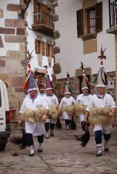 carnaval ancestral  Navarra. La ultima semana de enero se celebra en los pueblos navarros de Ituren y Zubieta el carnaval. Este ancestral desfile de los Zanpazar,  Spain