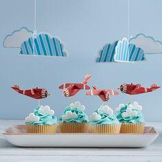Na da kann die Geburtstagsfeier doch steigen! Im wahrsten Sinne  Mehr von dieser süßen Deko gibt's heute auf m&m #pomballon #kindergeburtstag #babyparty #kidsparty #cupcakes #kidscupcakes