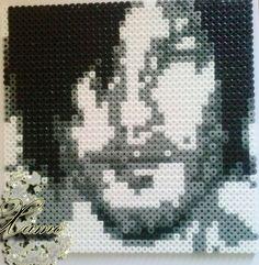 Cest un portrait en niveaux de gris de lacteur Norman Reedus (Daryl Dixon dans The Walking Dead). Faite avec les perles Hama-MIDI, résistant à leau