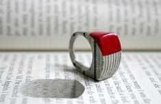 Il gioielliere e artista Jeremy May trasforma i fitti strati dei vecchi libri in gioielli di carta, nella particolare ed originale collezione Littlefly