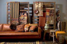 """Loods5 heeft veel stijlen in huis. Hier een heerlijk zachte leren bank en """"Indianenkleuren""""..."""