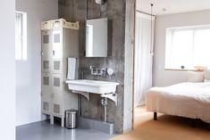 寝室近くの水回りはオープンスタイル。シンプルなデザインで日々の暮らしにフィットしています。  #洗面 #寝室 #インテリア #EcoDeco #エコデコ #リノベーション #renovation #東京 #福岡 #福岡リノベーション #福岡設計事務所 Double Vanity, Interior, House, Bathroom Ideas, Rooms, Japan, Spaces, Home, Bedrooms