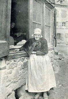 A Allanche dans le Cantal- une repasseuse de coiffe devant sa maison rue Courte
