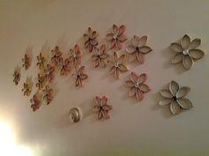 Fleurissons ces rouleaux de papier toilette. Sconces, Wall Lights, Creations, Home Decor, Wraps, Houses, Homemade Home Decor, Chandeliers, Appliques