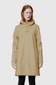 The Mosebacke sand raincoat is the A-line version of Stutterheim's iconic raincoat. This unisex model has a fashion forward silhouette, with a spacious cut. It is handmade in rubberized cotton, comes