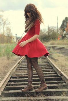 Bei kälteren Temperaturen passt auch gut ein farbiges Kleidchen mit Strumpfhose und festen Schuhen