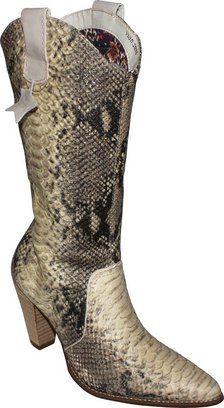 O animal print ainda está no mundo da moda! A bota Via Marte 121004 que simula a pele de cobra é um dos itens mais charmosos do momento. Está $261,61 reais à vista na CalceMania.
