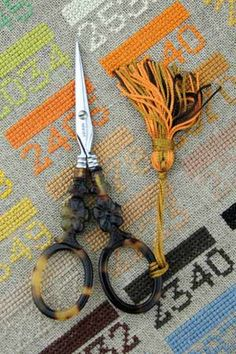 Ciseaux de brodeuse Sajou imitant l'écaille de tortue. Ils sont fabriqués en France. Sajou embroidery scissors imitating tortoishell. They are made in France.