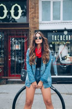 Veja 10 looks usando jaqueta jeans e se inspire. Look de outono. Look casual de frio. Look de inverno brasileiro. Festival Looks, Look Gamine, Look Con Short, Looks Jeans, Casual Outfits, Summer Outfits, Foto Casual, Girl Fashion, Fashion Outfits