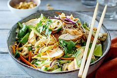 Thaisalat mit Hähnchen Here, the rice noodles in the dressing before pulling chicken and vegetables to join. Really tasty! Yummy Chicken Recipes, Shrimp Recipes, Vegetarian Recipes, Healthy Recipes, Free Recipes, Thai Salat, Rice Noodles, Chicken And Vegetables, Grilling Recipes