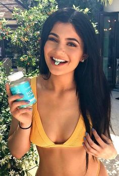 Kylie Jenner is obsessed with Sugar Bear Hair vitamins! She puts a lot of stress on her hair and these bears make her natural hair look and feel amazing! Kylie Jenner Embarazada, Kylie Jenner Cuerpo, Kylie Jenner Body, Kylie Jenner Fotos, Trajes Kylie Jenner, Kendall Jenner Outfits, Kendall And Kylie, Kylie Jenner Haircut, Kylie Jenner Makeup