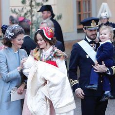 """519 gilla-markeringar, 4 kommentarer - Hänt (@hant.se) på Instagram: """"Kronprinsessan Victoria i sin supertjusiga klänning, en lycklig dopfamilj och en snett uppåt höger…"""""""