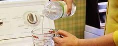 Como neutralizar o cheiro de suor das roupas. Utilizar vinagre na pré lavagem. Antes de lavar a roupa de ginástica, corrida, tênis ou outra, deixe de molho em água com vinagre. Encha um balde ou tanque com água suficiente para cobrir as roupas. Acrescente para cada 5 litros de água ½ copo de vinagre de álcool branco. Coloque as roupas de molho nesta mistura por no mínimo 30 minutos. Depois lave normalmente com água e sabão na máquina ou à mão.  Fotografia: http://solucoeslucymizael.com.br