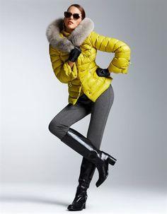 Daunenjacke mit kostbarem Pelzbesatz, Steghose mit abnehmbarem Steg, Lederstiefel mit Schließe