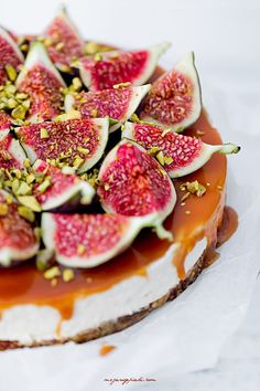 Cheesecake with figs and walnuts