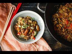 Pirított tészta csirkével és zöldségekkel - Lila füge: Havas Dóra - YouTube Wok, Japchae, Ethnic Recipes, Youtube, Red Peppers, Youtube Movies