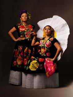 Oaxaca desde adentro.Eres Tehuana,eres orgullosa,los astros y estrellasdanzan sobre ti,naciste morena,naciste perfecta,eres Tehuanapor siempre mexicana.