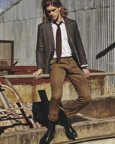 Male Fashion Trends: Charlie Kennedy viste sastrería relajada para el verano en páginas de GQ Australia