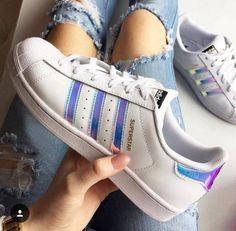 pies de mujer con tenis adidas superstar blanco - #tenis #mujer #shoes