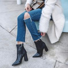 Gardırop yatırımlarından siyah bot √   Sezonun en populer 20 siyah botu ---> https://brand-store.com/main/editor/edit-sezon-trendi-20-siyah-bot/1130  Photo: pamhetlinger on ig #black #boots #bot #trend #moda