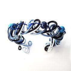 Bracelet en fil aluminium et perles en céramique : Bracelet par creations-aux-milles-couleurs