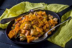 """Chorizos, rozmaringos csirkeragu - édesburgonyával   A Chorizo a spanyol, főként az asztúriai konyha egyik jellegzetes kolbászterméke, amely nagyon hasonlít a magyar füstölt kolbászhoz. A spanyolok alapvetően disznóhúsból, míg a portugálok sokszor disznó- és marhahús keverékéből készítik. """"Piment""""-nek nevezett pirospaprikával és sok fokhagymával gyúrják össze a húsmasszát, amit aztán bélbe töltenek, akárcsak nálunk. Felhasználási lehetőségei nagyon változatosak: a szakácsok szeretik… Chorizo, Pork, Sweet, Ethnic Recipes, Spice, Kale Stir Fry, Candy, Pork Chops"""